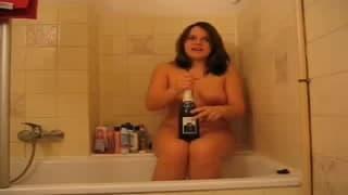 Butla szampana w środku jej pizdy!