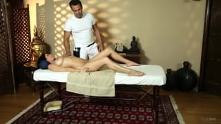 Veronica Avluv posika się na masażu
