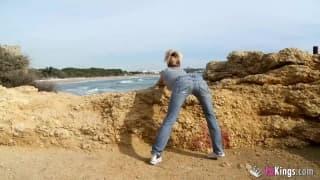 Yelena obciąga chuje na plaży