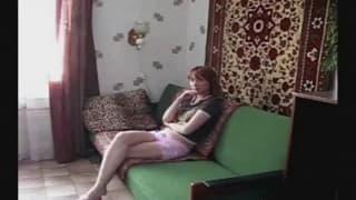 Młody student wypierdoli ją na sofie!
