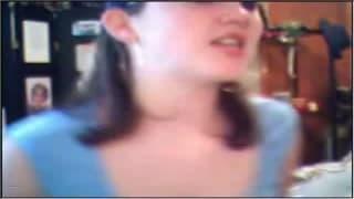 Ciemnowłosa laleczka pieści się sama