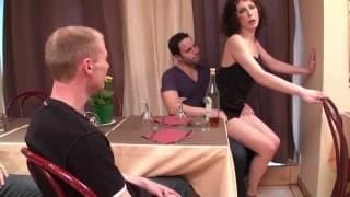 Trzech facetów posuwa kelnerkę w kuchni