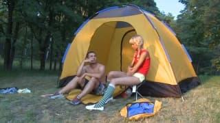 Lolly Hardcore robi mu loda pod namiotem