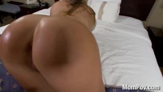 Kendal posuwana na łóżku w hotelowym pokoju