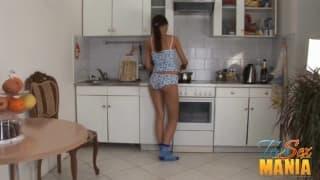 Para napalonych nastolatków rucha się w kuchni