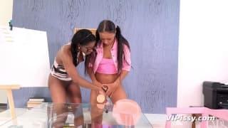 Bailey i Jasmine Webb polewają się sikami