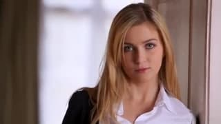 Blondynka z prywatnego koledżu masturbuje się