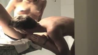 Duży chuj obciągnięty słodko w łazience