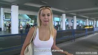 Blondynka Kristyna za kasę obciąga kutasy