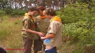 Młodzi geje bawią sie w trio na dworze