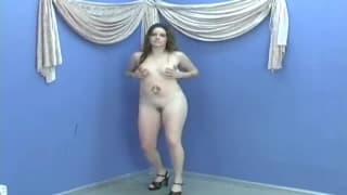 Zmysłowa brunetka i seksowny striptease