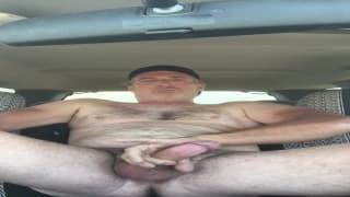 Stary gej zwali kutasa w samochodzie