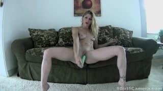 Gorąca masturbacja - blondyna z dildo