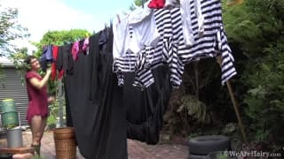 Mona rozwiesza pranie zupełnie naga!