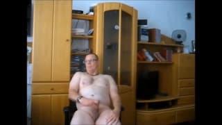 Stary gej - amator samotnie wali kutasa