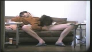 Ta para uwielbia się pieprzyć na kanapie