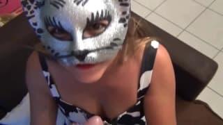Suka robi laskę z maską kota na twarzy