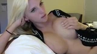 Ładna blondyna z dużymi cyckami podnieca