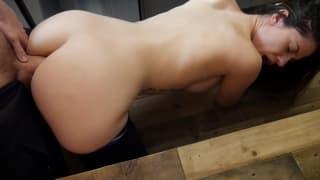 Ashley dostanie namiętny głęboki anal