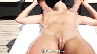 Piękna blondynka i seks masaż na dworze