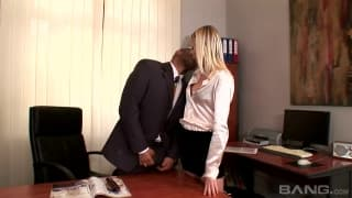 Alana Leigh zawsze obciągnie szefowi!