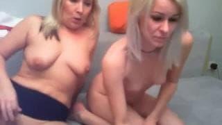 Dwie gorące blondynki- seks przed kamerą