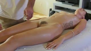 Po masażu olejkiem zostanie zerżnięta!