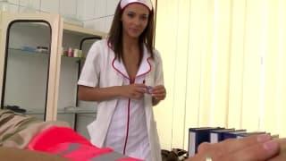 Pielęgniarka leczy faceta swoją pizdą!