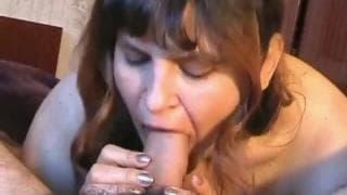 Brunetka zadowoli faceta samymi ustami