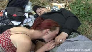 Apetyczne seks spotkanie w środku parku