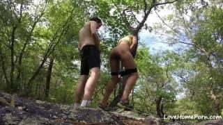 Namiętne obciąganie jego kutasa w lesie