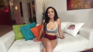 Maya Bijou, brunetka kochająca fellatio