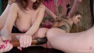 Lesbijski seks bdsm z seks zabawkami
