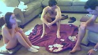 Para gra z brunetem w rozbierane karty!