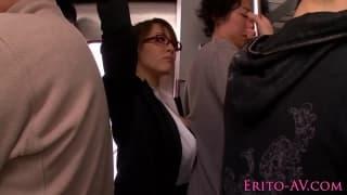 Japonka w metrze obciąga dużego kutasa!