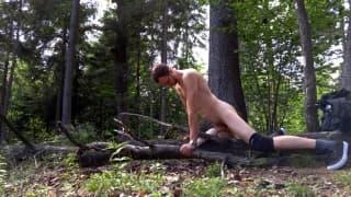 Nagi napalony facet wali chuja w lesie