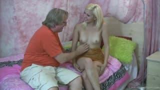 Młoda blond dziwka i dojrzały chuj!