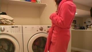 Masturbuje się w łazience na pralce!