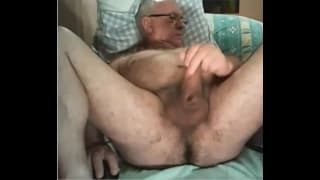 Stary facet ogląda porno i wali chuja!