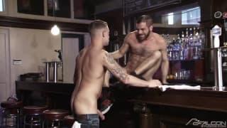 Zobacz, co się dzieje w barze po pracy!