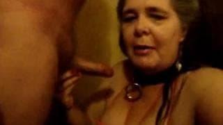 Sprośna dojrzała dziwka w scenie BDSM