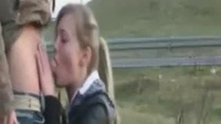 Nastolatka obciąga klęcząc na dworze