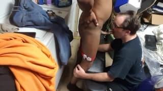 Starszy gej obciąga młodszemu kutasa