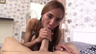 Słodka brunetka trans wyruchana w dupę