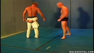 Tom Moore ćwiczy wrestling z kochankiem!