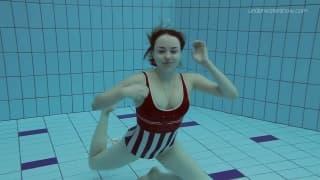 Nagie nurkowanie w publicznym basenie