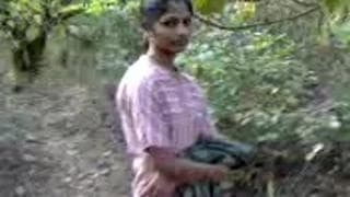 Młoda Hinduska uprawia seks w dżungli