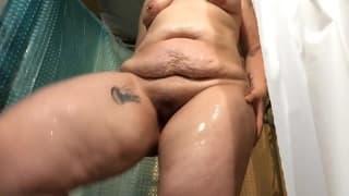 Dojrzała gruba kobieta bierze prysznic