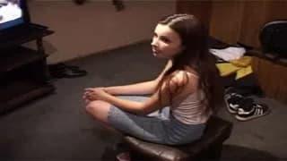 Nastoletnia brunetka rucha się namiętnie
