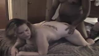 Czarno - biała para kochanków ma seks